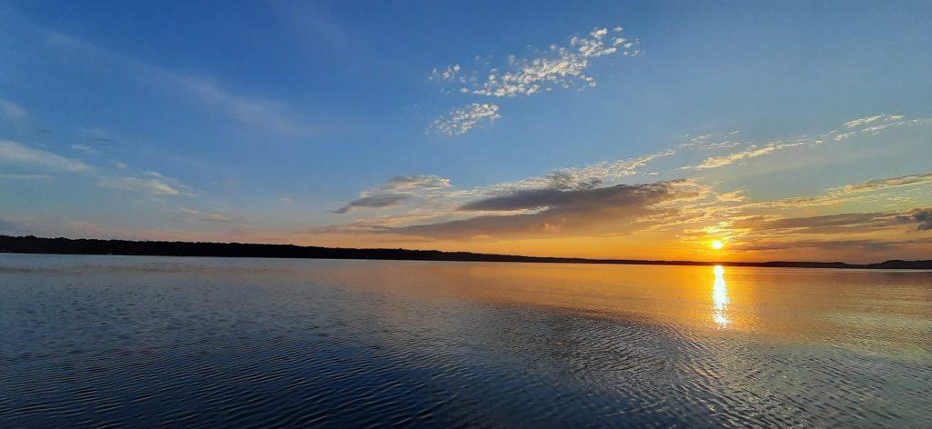 jezioro sławskie o zachodzie